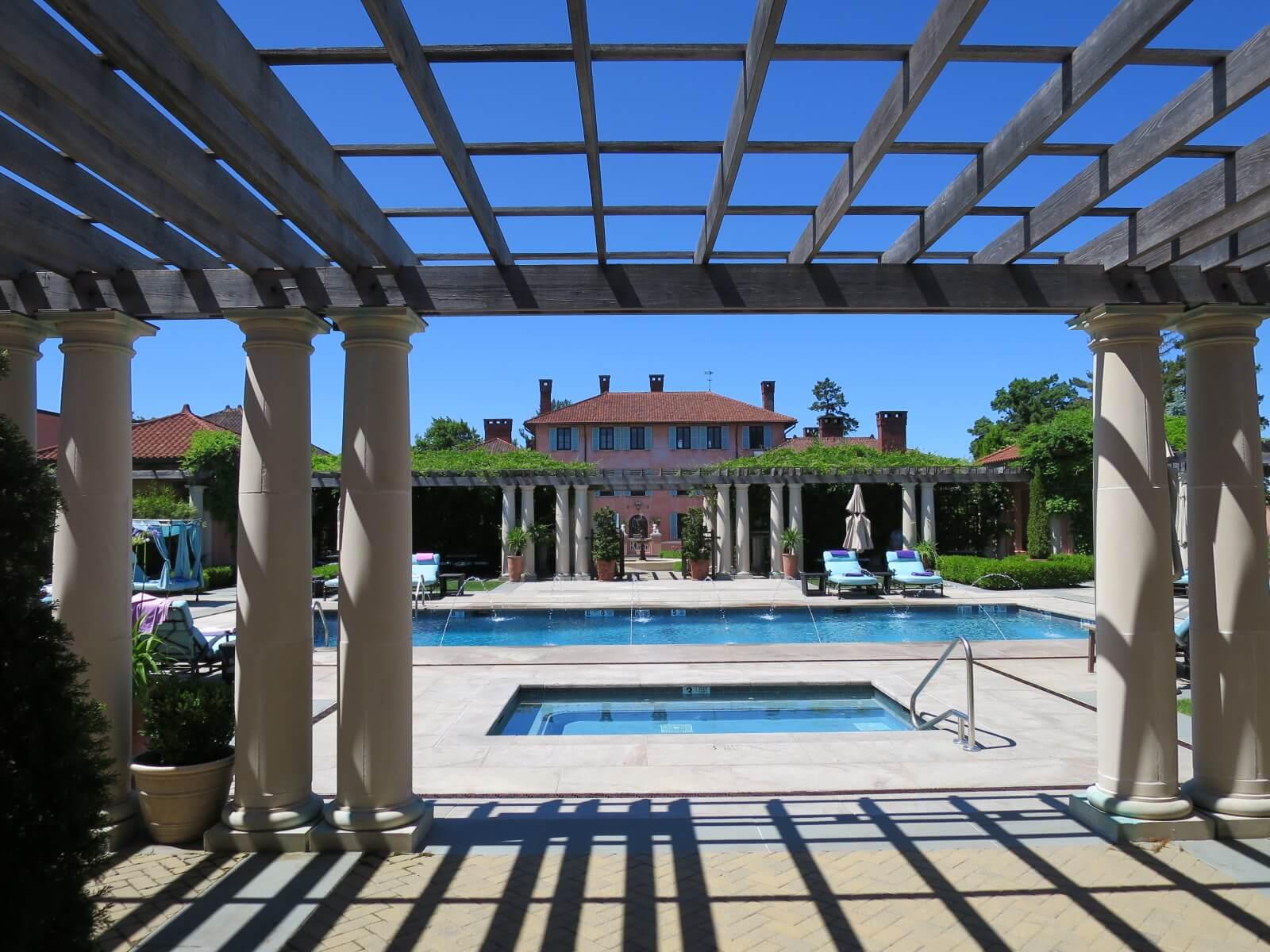 ⑬ グレンミア プール越しにホテル