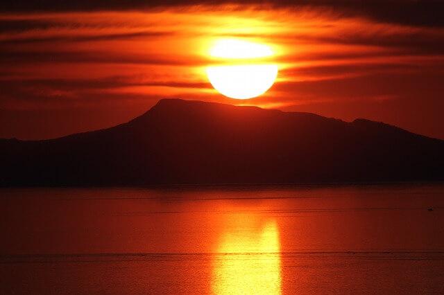 知床ネイチャークルーズ 国後島から昇る朝日